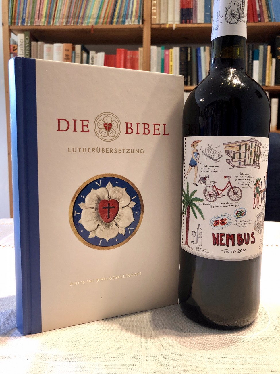 Eine Lutherbibel und eine Flasche Rotwein