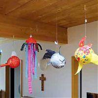 Aus Papier gebastelte Aquariumstiere hängen an der Decke
